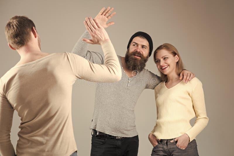 Vriendschap en vriendschappelijke relaties Bedrijf van vrolijke mensen, vrienden Relaties, mededeling, vriendschap Vrienden stock afbeelding