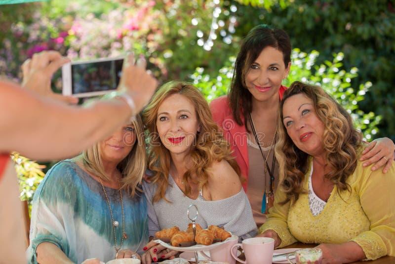 Vriendschap, groep vrouwen bij koffieochtend stock afbeelding