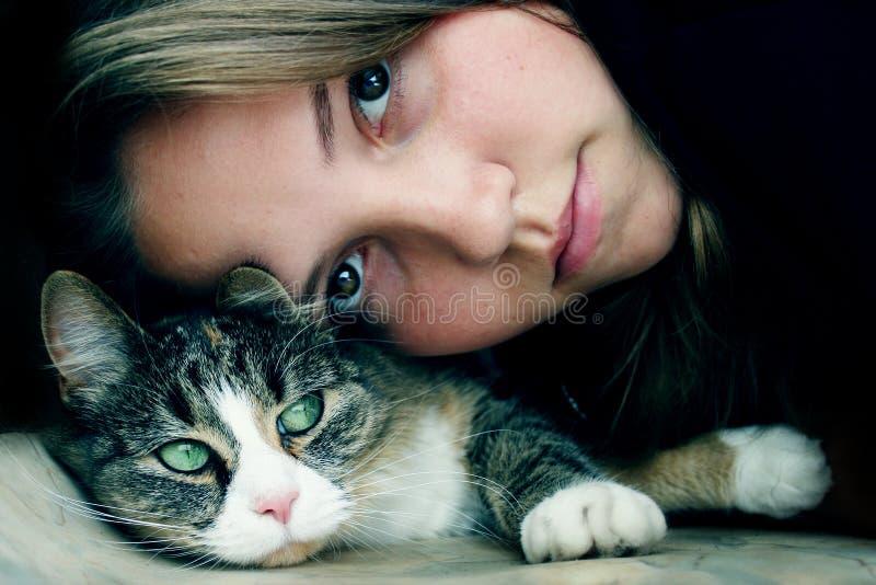Vriendschap met kat stock afbeeldingen