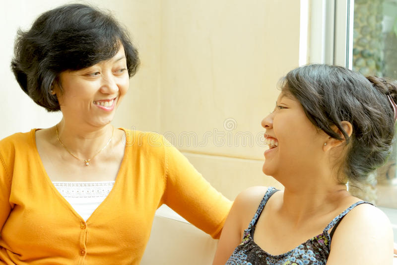 Vriendschap tussen moeder en dochter stock fotografie