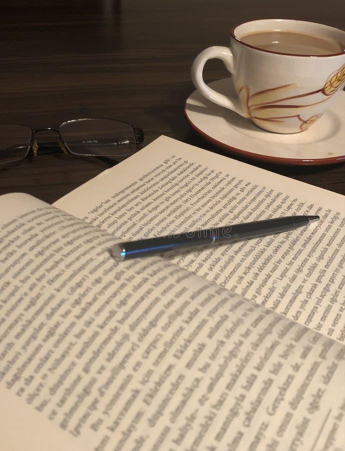 Vriendschap van boeken en koffie stock afbeeldingen