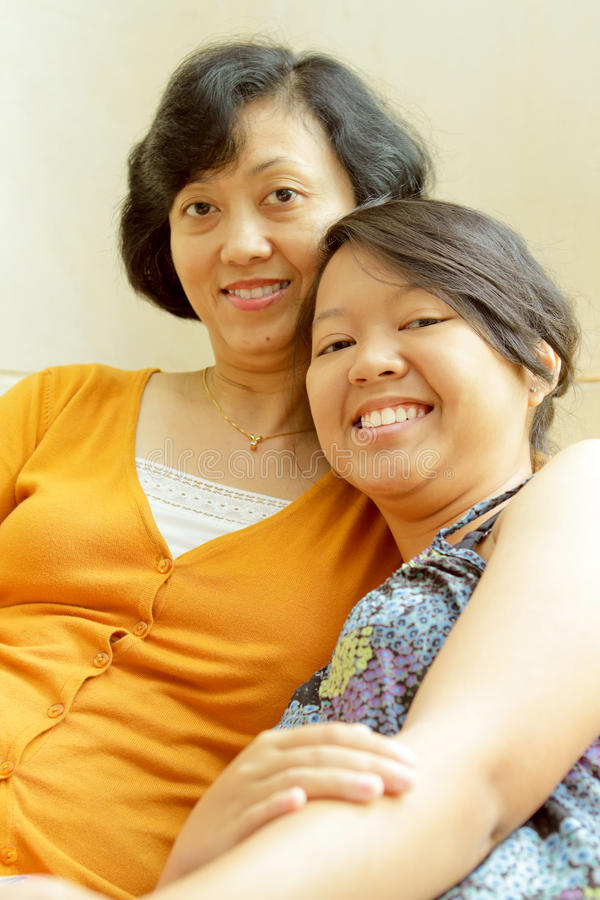 Vriendschap van gelukkige moeder en dochter stock afbeeldingen