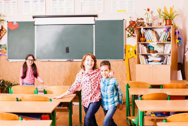 Vriendschap van jongen en een meisje op school stock afbeeldingen