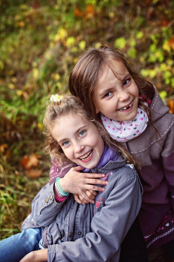 Vriendschap van twee jonge meisjes in de herfstdag royalty-vrije stock foto