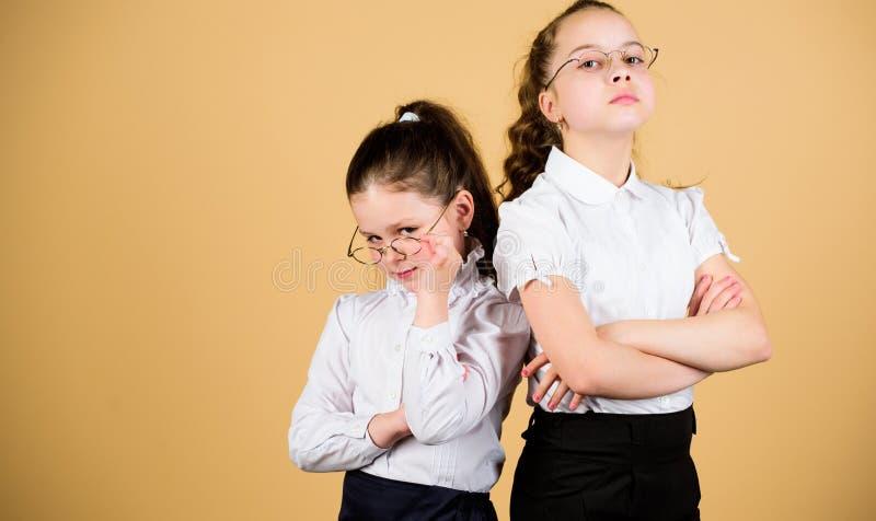 Vriendschap voor altijd Terug naar School Studieconcept slimme kleine meisjes bij les kleine meisjes in eenvormige school zeker stock fotografie