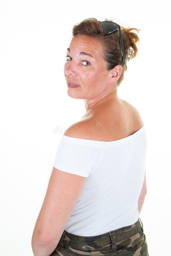 Vriendschappelijk het glimlachen portret van aantrekkelijke vrouw op middelbare leeftijd die op witte achtergrond wordt geïsoleer royalty-vrije stock afbeeldingen