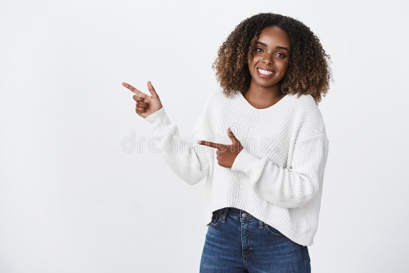 Vriendschappelijk-kijkend het levendige prettige Afrikaans-Amerikaanse vrouwelijke medewerker witte sweater verrukt glimlachen ki royalty-vrije stock foto