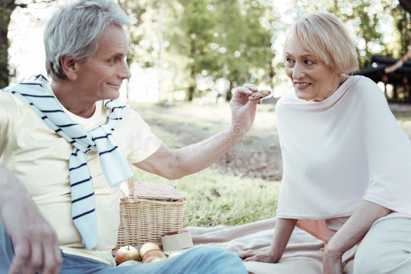 Vriendschappelijk rijp paar die picknick hebben stock afbeelding