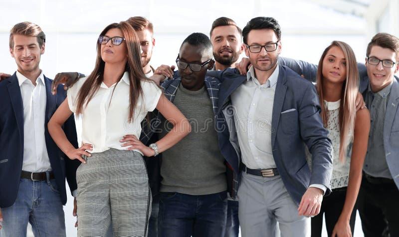 Vriendschappelijk vrolijk commercieel team van jongeren stock foto's