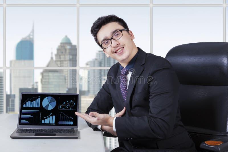 Vriendschappelijke arbeider met het kweken van bedrijfsgrafiek stock afbeelding