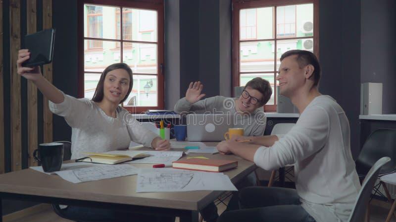 Vriendschappelijke arbeiders in startvideoconferentie royalty-vrije stock foto's