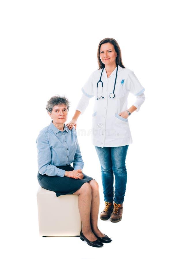 Vriendschappelijke arts en patiënt stock foto's