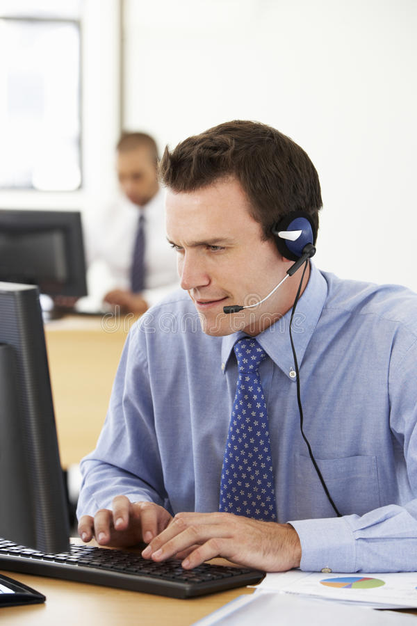 Vriendschappelijke de Dienstagent Talking To Customer in Call centre stock foto's