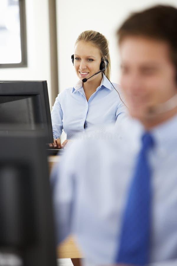 Vriendschappelijke de Dienstagent Talking To Customer in Call centre royalty-vrije stock fotografie