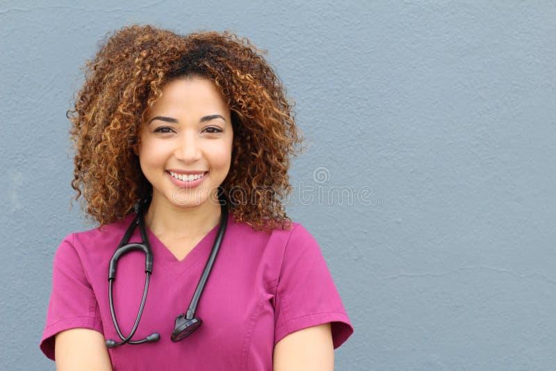 Vriendschappelijke die verpleegster met stethoscoop op blauwe achtergrond wordt geïsoleerd stock afbeeldingen