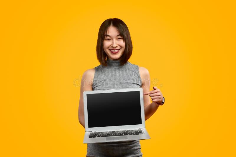 Vriendschappelijke etnische vrouw het aantonen laptop royalty-vrije stock foto's