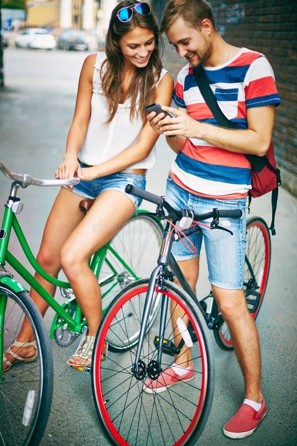 Vriendschappelijke fietsers stock fotografie