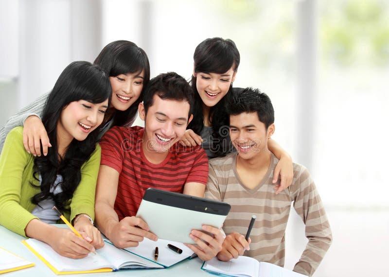 Vriendschappelijke groep studenten