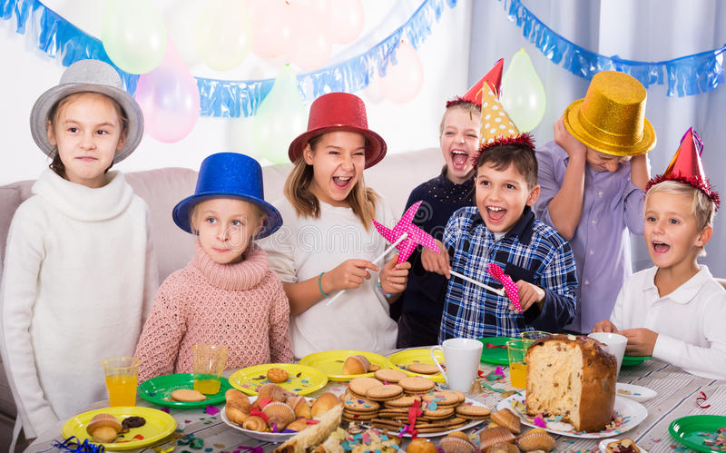 Vriendschappelijke groepskinderen die partij friend's verjaardag hebben royalty-vrije stock fotografie