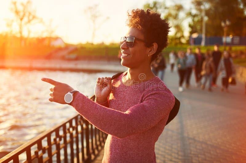 Vriendschappelijke jonge in Afrikaanse zwarte mens die rond de stedelijke stad lopen stock foto's