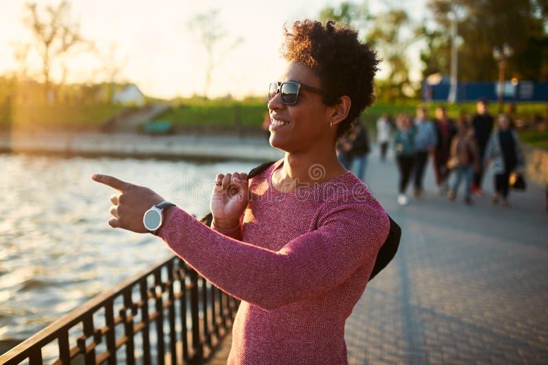 Vriendschappelijke jonge in Afrikaanse zwarte mens die rond de stedelijke stad lopen stock afbeeldingen