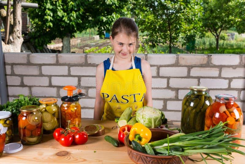 Vriendschappelijke jonge meisjes bottelende groenten royalty-vrije stock fotografie