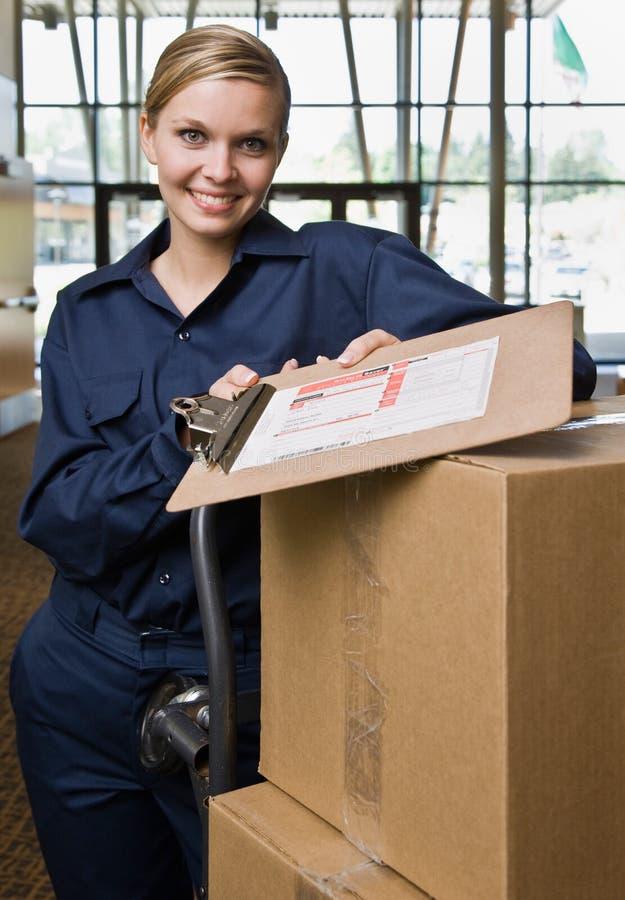 Vriendschappelijke leveringsvrouw in eenvormig stock foto's
