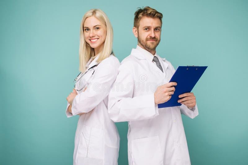 Vriendschappelijke mannelijke en vrouwelijke artsen Gelukkig medisch team van artsen royalty-vrije stock afbeelding