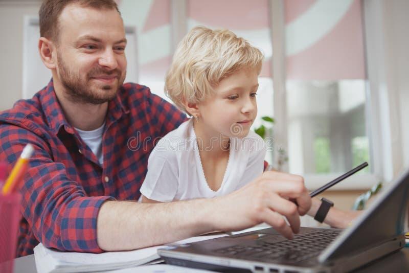 Vriendschappelijke mannelijke leraar die zijn kleine student helpen royalty-vrije stock afbeeldingen