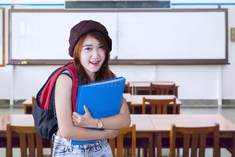 Vriendschappelijke middelbare schoolstudent die in klasse glimlachen stock afbeeldingen