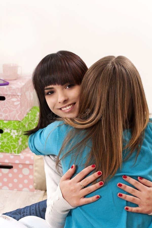 vriendschappelijke omhelzing stock fotografie