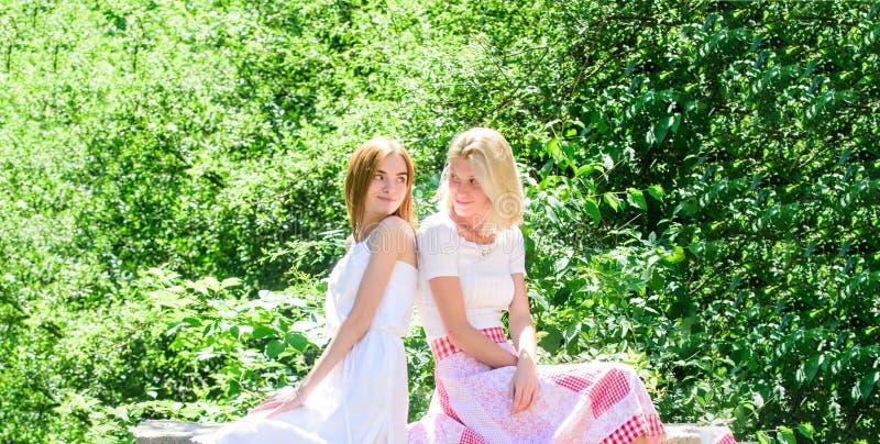 Vriendschappelijke relaties Revelatie en eerlijkheid Vertrouwende vriendenmededeling De onbezorgde de jeugdvrienden hangen uit in stock foto's