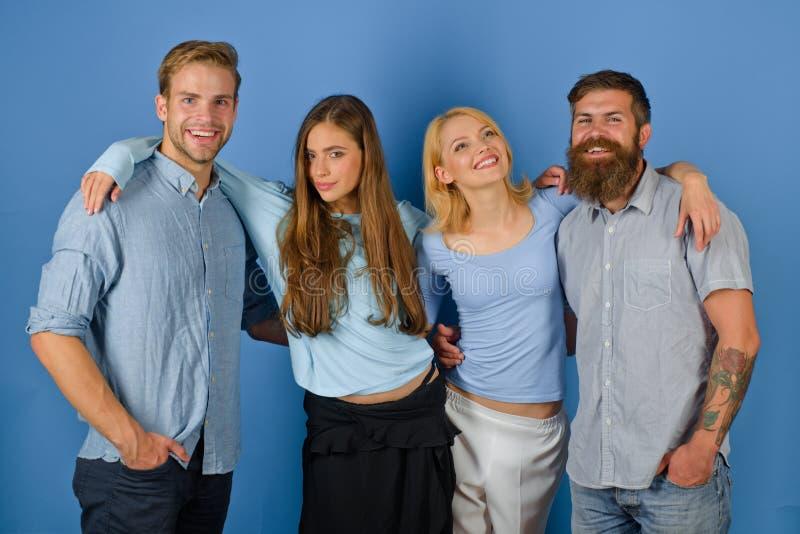 Vriendschappelijke relaties Samen gelukkige meisjes en kerels De mannen van vrouwenomhelzingen Meer dan vrienden Ware vriendschap stock foto