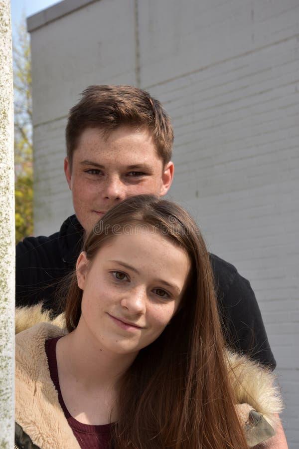 Vriendschappelijke siblings, allebei met vele sproeten royalty-vrije stock foto's