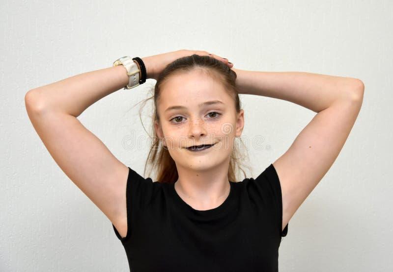 Vriendschappelijke tiener met zwarte geschilderde lippen royalty-vrije stock afbeeldingen