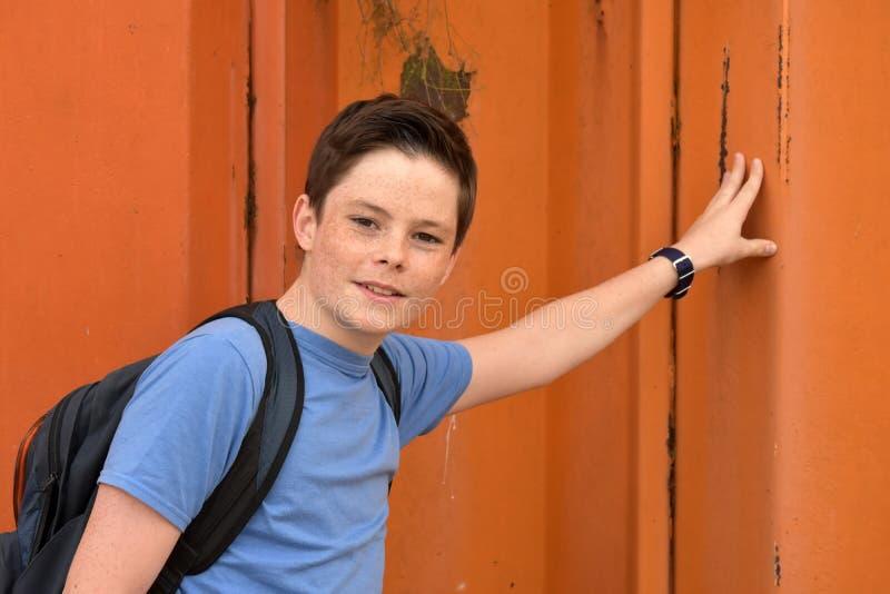 Vriendschappelijke tienerjongen stock foto