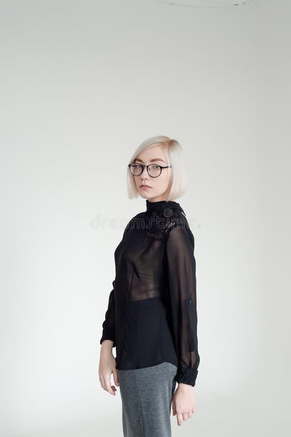 Vriendschappelijke vrouw over een witte achtergrond royalty-vrije stock afbeelding
