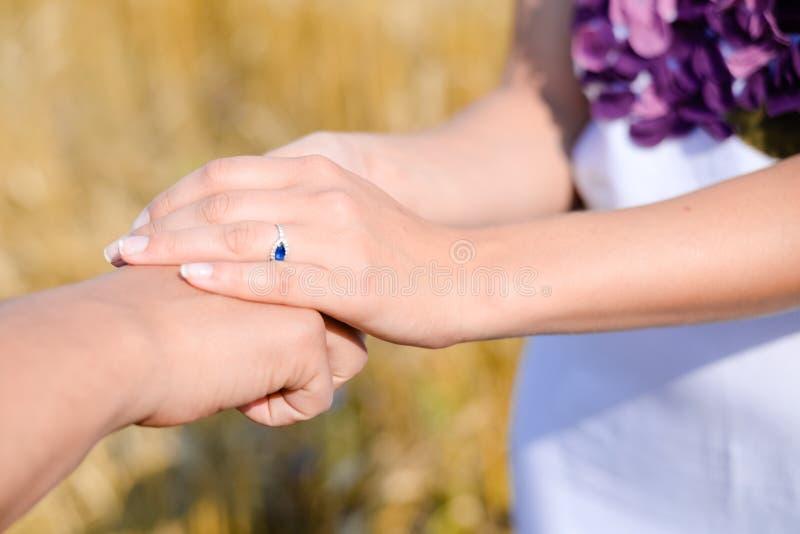 Vriendschappelijke vrouwelijke handen die mannelijke hand voor aanmoediging en empathie houden Vennootschap, vertrouwen en sociaa stock foto