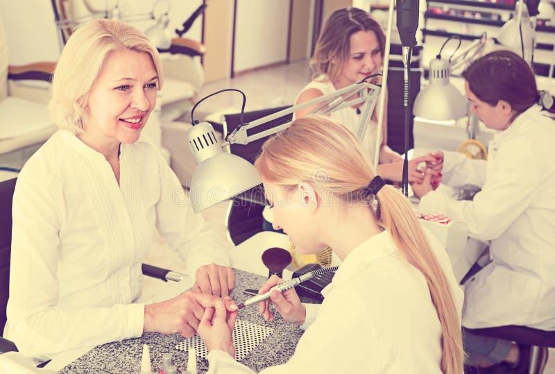 Vriendschappelijke vrouwen die manicure doen royalty-vrije stock foto