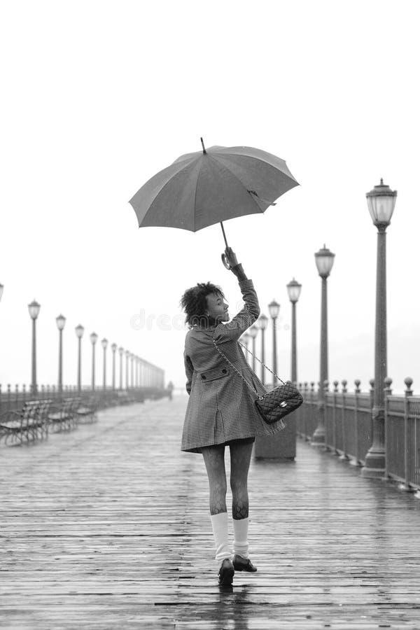 Vrij Afrikaans Amerikaans meisje met paraplu stock fotografie
