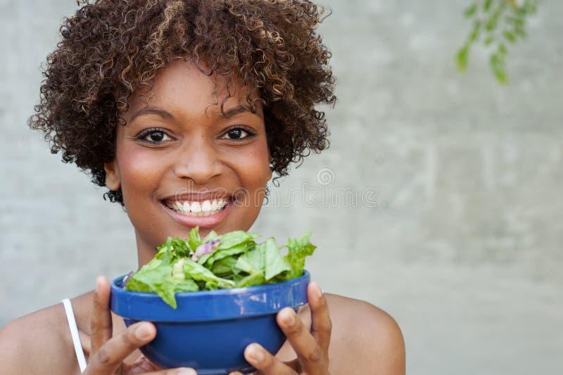 Vrij Afrikaanse Amerikaanse vrouw met salade stock fotografie
