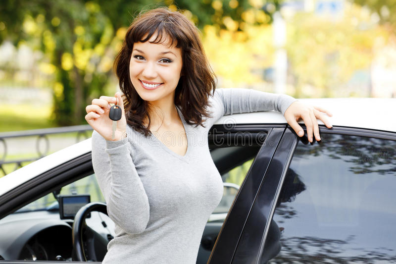 Vrij Aziatisch meisje met auto stock foto's