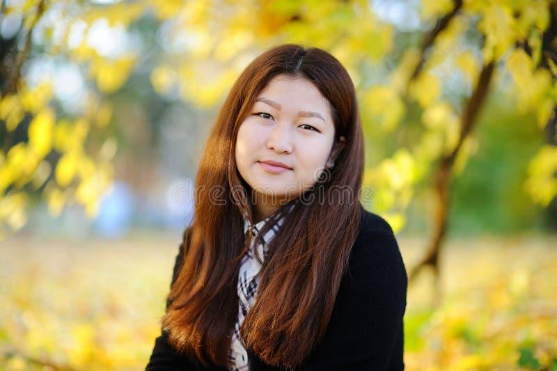 Vrij Aziatisch meisjes in openlucht portret stock foto