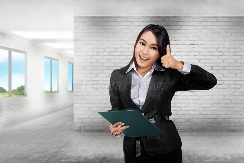 Vrij Aziatische bedrijfsstudent met klembord stock foto