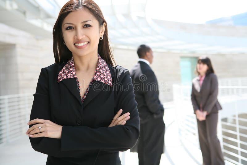 Vrij Aziatische BedrijfsVrouw bij de Bouw van het Bureau