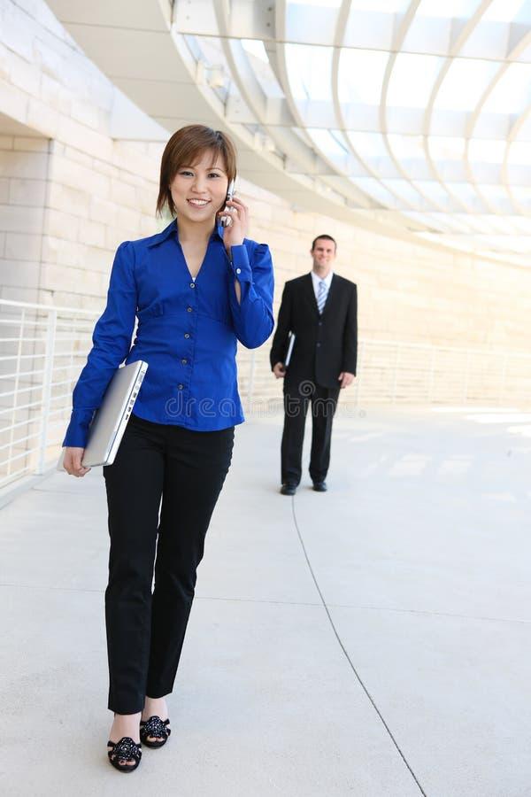 Vrij Aziatische BedrijfsVrouw bij de Bouw van het Bureau royalty-vrije stock afbeelding
