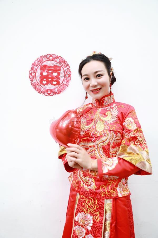 Vrij Aziatische Chinese mooie Bruid met Traditionele Chinese huwelijks rode kleding en dubbel geluk twee stock afbeelding