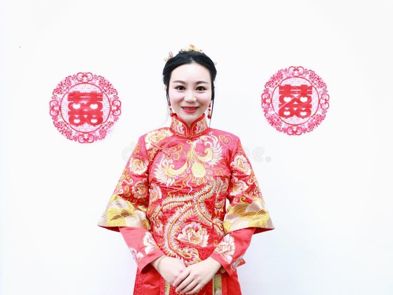 Vrij Aziatische Chinese mooie Bruid met Traditionele Chinese huwelijks rode kleding en dubbel geluk twee royalty-vrije stock foto