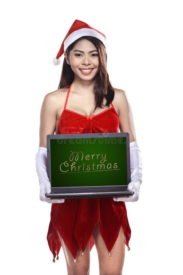 Vrij Aziatische laptop van de vrouwenholding met het vrolijke Kerstmis schrijven royalty-vrije stock foto