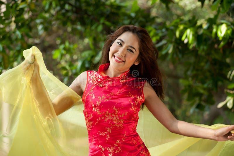 Vrij Aziatische vrouw in traditionele kleding op een vrolijke manier. royalty-vrije stock foto's